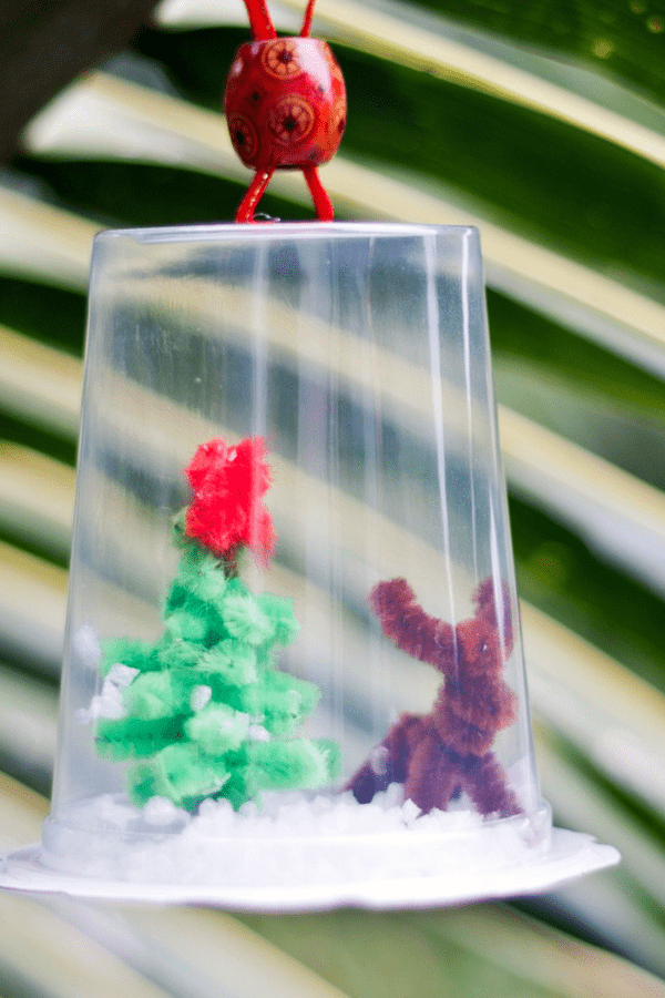What a fun christmas craft for the family and kids! This DIY snow globe feartures a cute little christmas tree and reindeer, and easy to find materials.