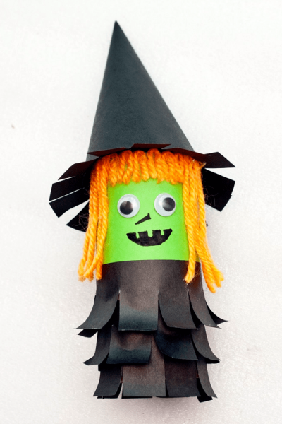 Super cute halloween craft for kids. This little green witch is a great project for kids to make during halloween using construction paper, and a toilet paper roll.